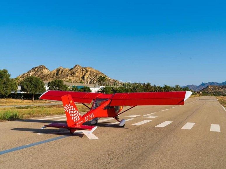 轻型飞机在阿尔梅里亚海岸上空飞行