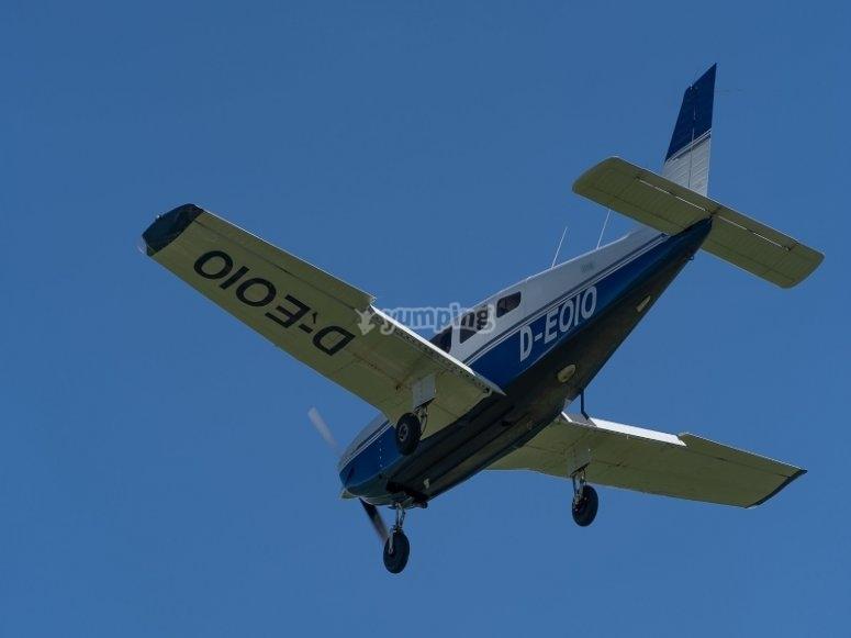飞行员飞行的飞机在塞拉利昂上空飞行卡塞雷斯的富恩特斯