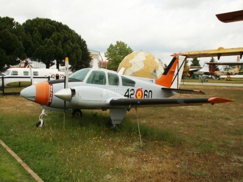 在卡塞雷斯以轻型飞机飞行员的身份飞行