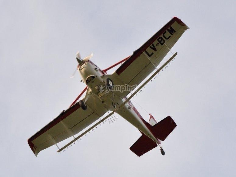 上空飞行的飞机在卡塞雷斯