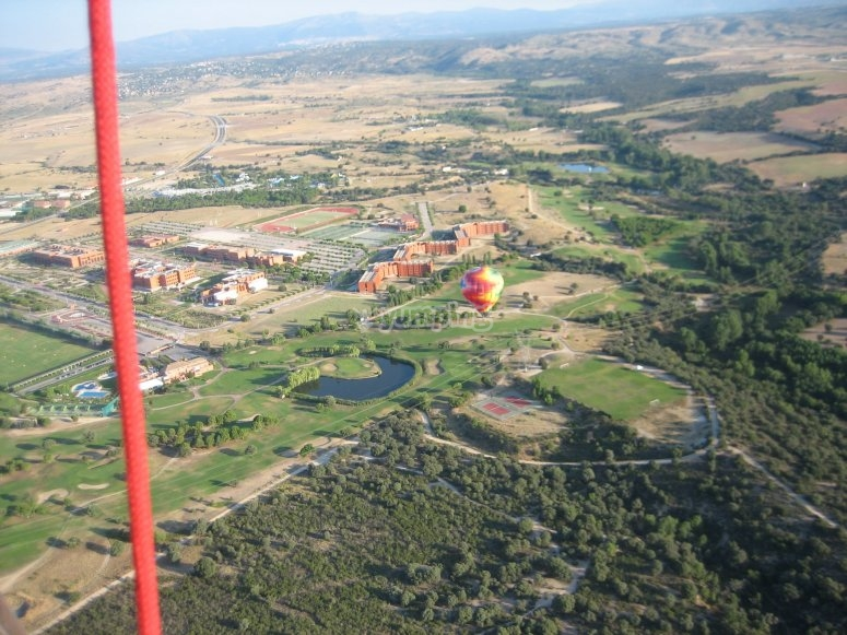 热气球飞越城市