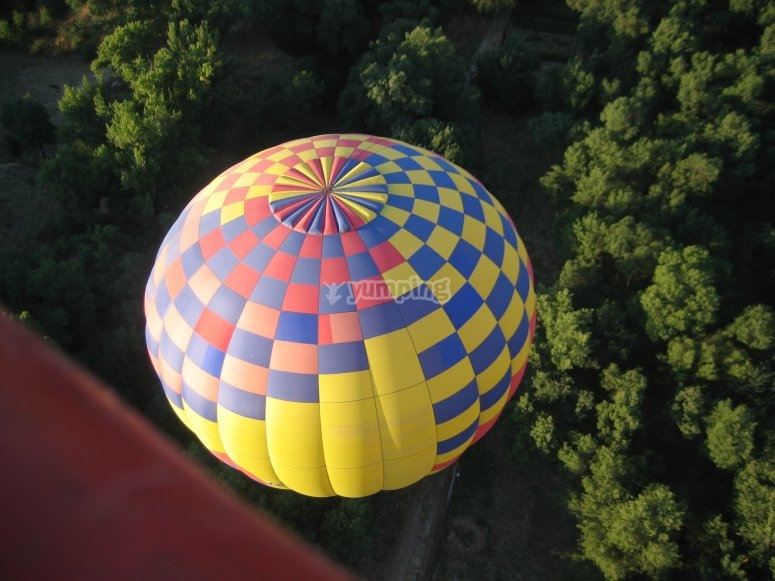 热气球飞越群山