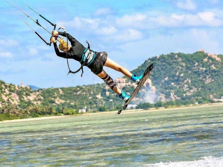Clase en kitesurf en la costa de Fuerteventura