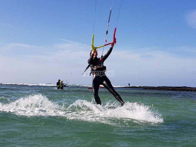 Aprendiendo kitesurf en grupo