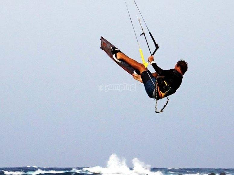 Kitesurf para principiantes en la playa canaria