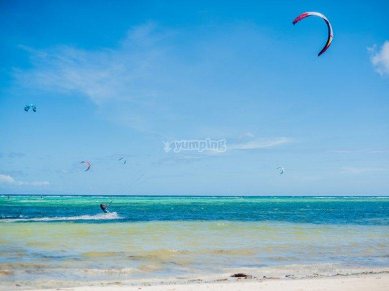 Kitesurf por la playa canaria en grupo
