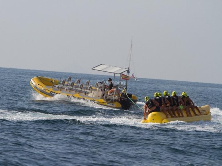 Banana boat arrastrada por la lancha