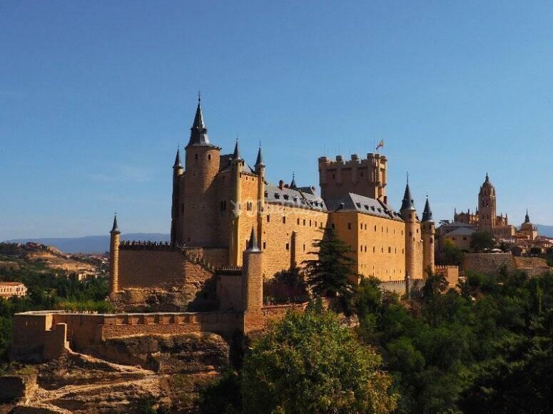 Group balloon ride through the historic center of Segovia