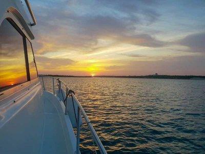 巴伊亚德阿尔赫西拉斯的日落乘船游览