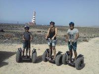 Familia siguiendo la ruta del Faro