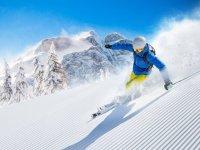 Esquiador bajando la pista