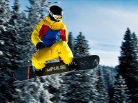 与滑雪板一起跳