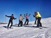 Esquiadores alrededor del monitor