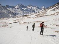特拉韦西亚在雪地通过高山将轨道