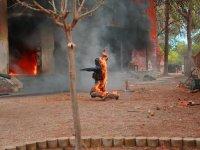 Especialista de rodillas en llamas