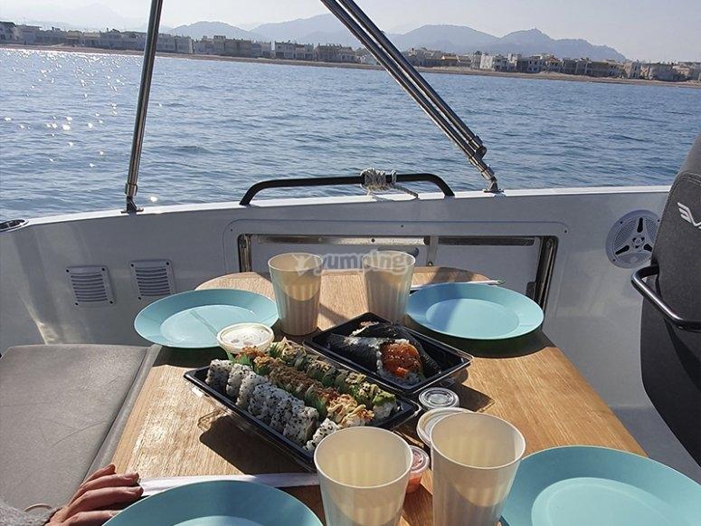 Disfrutando de un almuerzo en alta mar