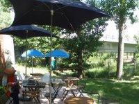Zona de relax con mesas