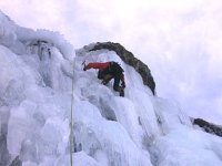 escalando en pared de hielo