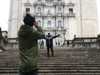 Tomando una foto en la escalinata en Girona