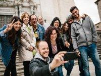 Visitantes tomando un selfie en Girona
