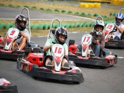 卡丁车在莱昂参加30分钟的团体赛