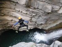 Salto al rio en el barranco