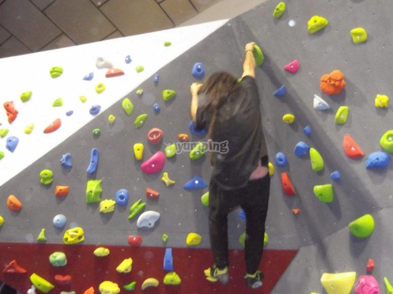 在室内Palleja攀岩墙内攀岩