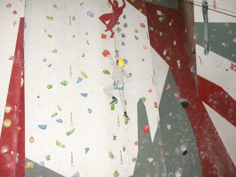 与朋友在攀岩墙内攀岩