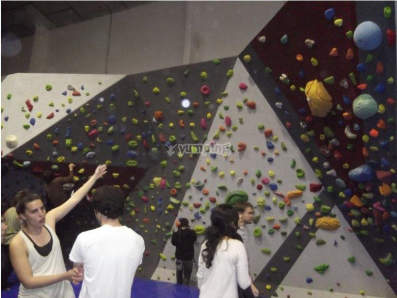 与一群朋友在Palleja攀岩墙