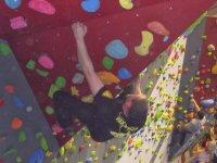 室内攀岩墙的攀岩活动