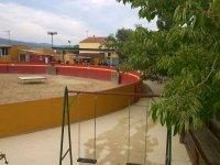 Plaza con columpios en el exterior