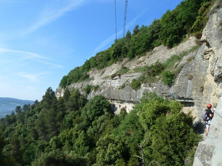 从Centelles 的via ferrata 的景色和朋友一起在飞拉达山上爬山