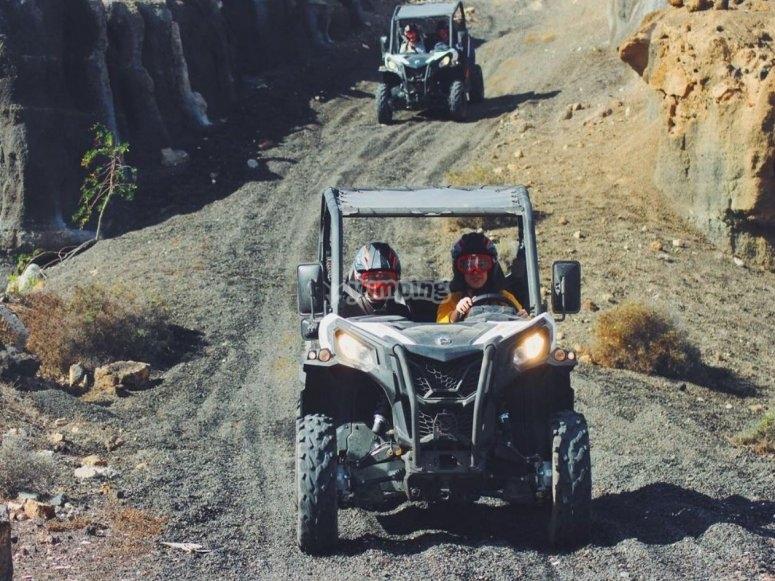在越野车的兰萨罗特岛道路上