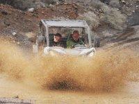 与越野车穿越水坑