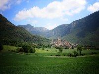一个被大自然包围的村庄的景色.jpg
