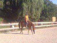 disfrutando de un paseo a caballo