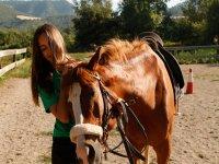 salto.jpg骑马的女孩看着喂养