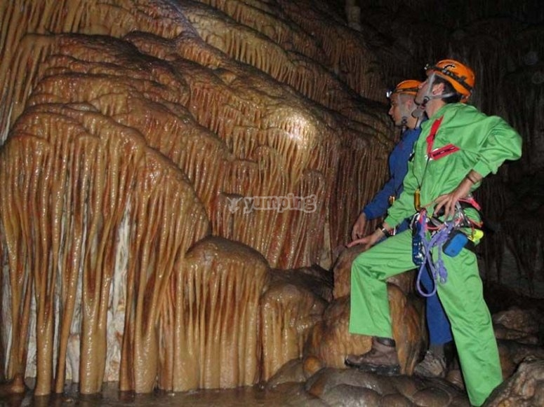 Observing the formations on the caving route