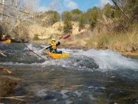 Descenso en kayak por aguas bravas en río Cabriel