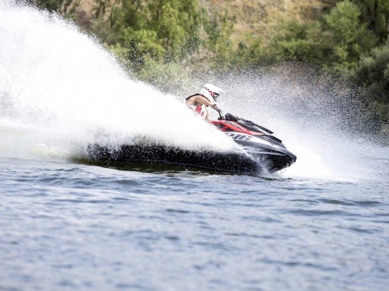 穿越维戈河口的喷气滑雪