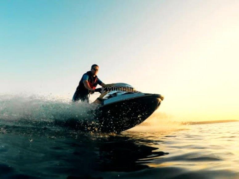 前往巴拉海滩的摩托艇之旅