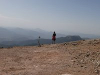 远足者在夏季徒步旅行的港口看着雷阿尔城顶