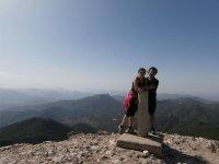 徒步旅行者在雷阿尔城达到顶峰