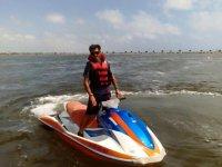 De pie en la moto de agua