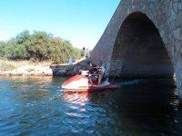 Saliendo del puente en moto de agua