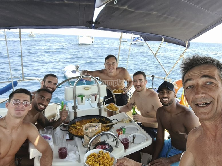 Amigos disfrutando de un party boat por Torrevieja