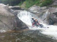 Abrazados tirándose del tobogan de agua