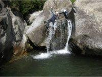 Tirándose del tobogán acuático