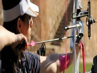 专业的射手女孩练习射箭