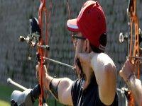 男孩在不同的目标练习射箭类